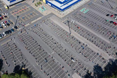 Zákazníci čakajú pred obchodom IKEA v nekonečných radách