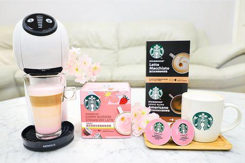 粉色的咖啡膠囊和白色杯子