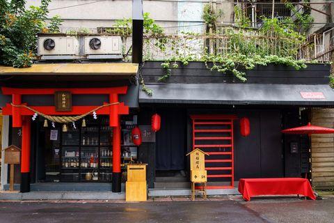 紅色和黑色的建築