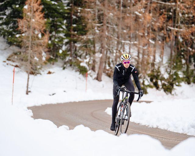 wielrenner in de sneeuw