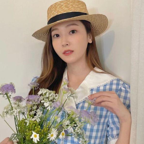 jessica鄭秀妍穿藍色格子襯衫戴草帽手上拿花