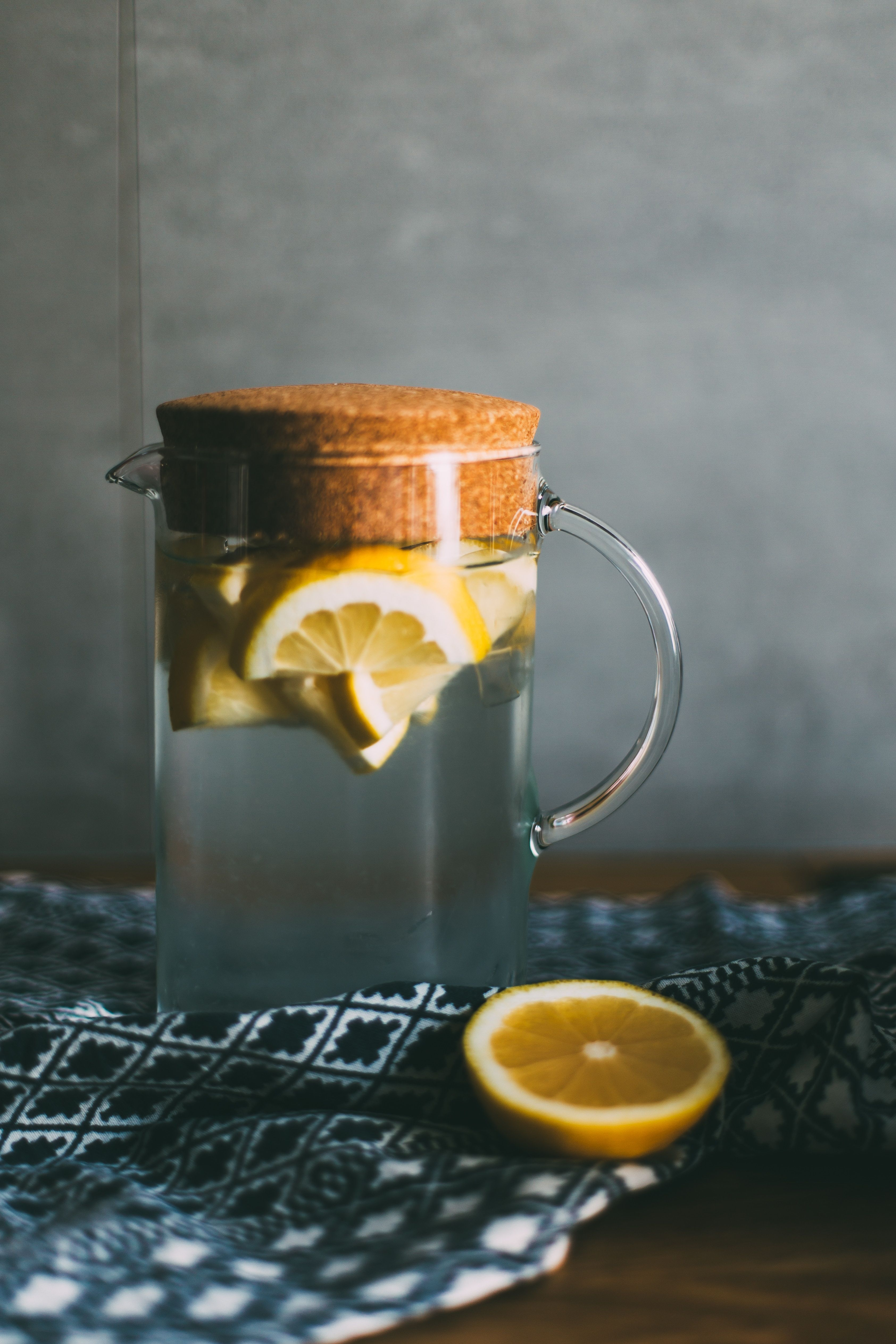 acqua di limone calda o fredda per perdere peso