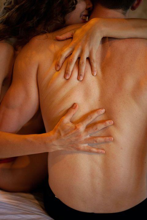 man met ontbloot bovenlijn wordt omarmd door vrouw