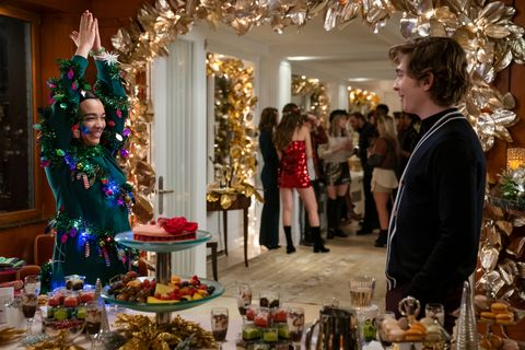 dash and lily l to r midori francis as lily and austin abrams as dash in episode 106 of dash and lily cr alison cohen rosanetflix © 2020