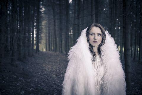 Portrait of a white dressed mystic woman in a forest /la dama de blanco