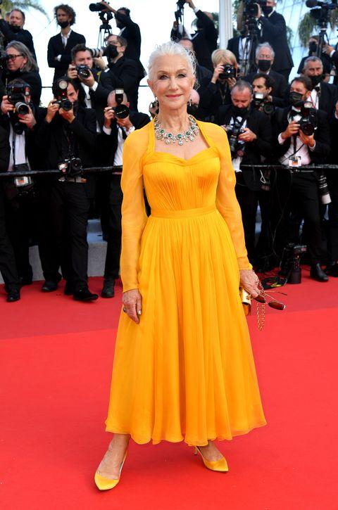 helen mirren op rode loper in gele jurk tijdens openingsceremonie cannes film festival
