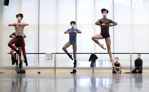 Entrenamiento del Ballet de Shanghai con mascarillas por coronavirus