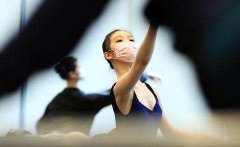 Bailarina de ballet de Shanghai con mascarilla por coronavirus