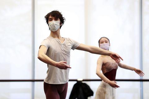 Bailarines del ballet de Shanghai durante ensayos con mascarilla por coronavirus