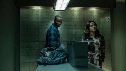 un chico negro y camila mendes en un banco en la película dangerous lies