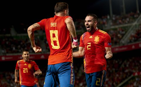 Danie Carvajal celebra con Saúl Ñíguez un gol de España.