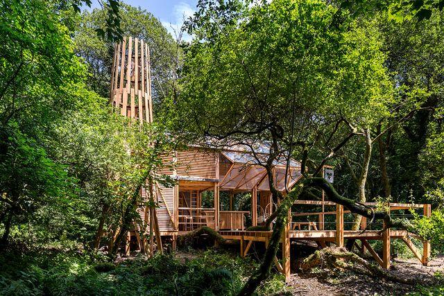 una cabaña de madera fabricada por el estudio new british design