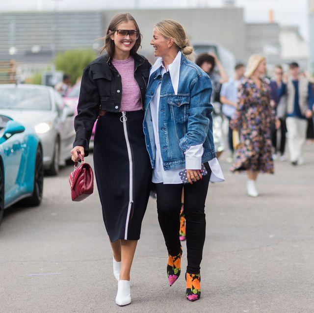 vrouwen op straat in spijkerjas