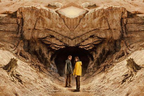 los protagonistas de dark entran en una cueva en el final de la serie