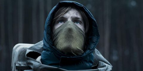 personaje con la cara tapada de la serie dark de netflix