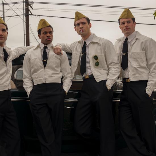 """darren criss posa junto a un coche con varios compañeros en una secuencia de la serie """"hollywood"""", dirigida por ryan murphy y ya disponible en netflix"""