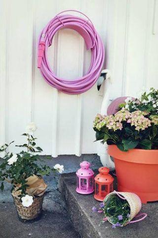 Datevi al giardinaggio Siete già da pollice verde? Ok: aggiungete una bella mano di colore ed elementi pop per canne, lanternine, vasi. courtesy photo Harper's Bazaar