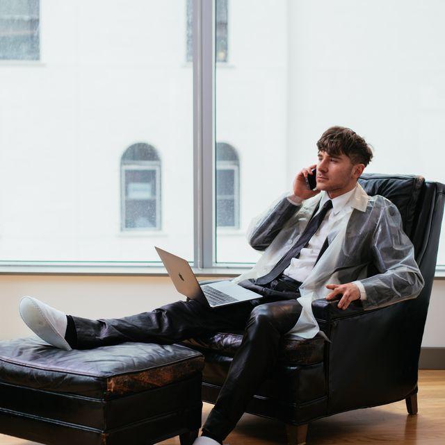 Sitting, Furniture, White-collar worker, Businessperson, Leg, Chair, Employment, Comfort, Recliner, Couch,