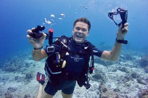 Scuba diving, Divemaster, Underwater, Underwater diving, Selfie, Diving mask, Recreation, Diving equipment, Snorkeling, Water,