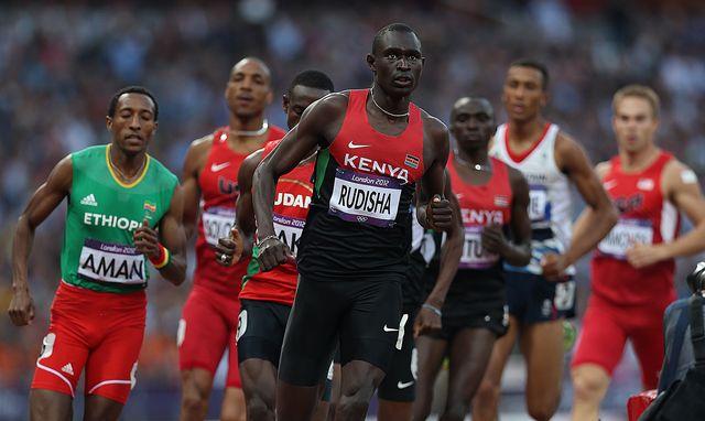 david rudisha corre los 800 metros en la final olimpica de londres 2012, cuando batio el record mundial