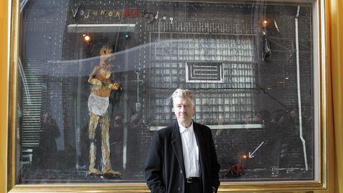 david lynch frente a una de sus obras pictóricas