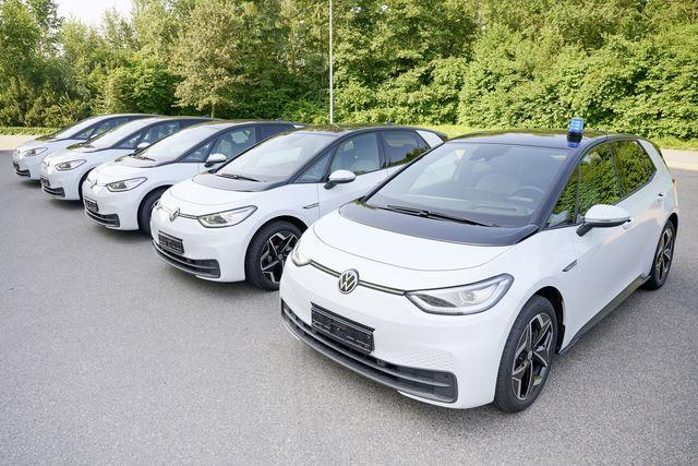 die polizei niedersachsen setzt auf elektro–mobilität von volkswagen die behörde hat bei europas marktführer für vollelektrische autos insgesamt 215 id3 als einsatzfahrzeuge bestellt
