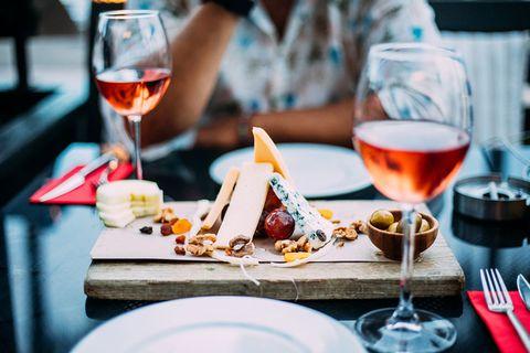 kaasplank en glazen wijn