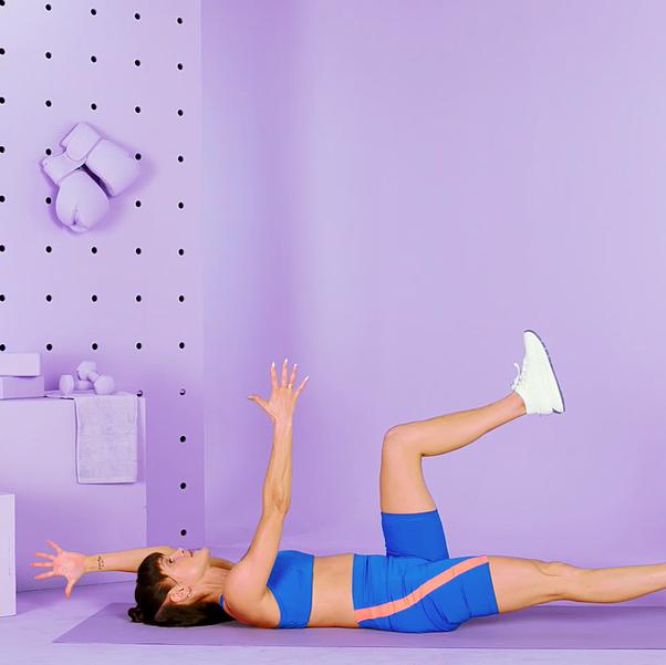 mujer haciendo el ejercicio dead bug