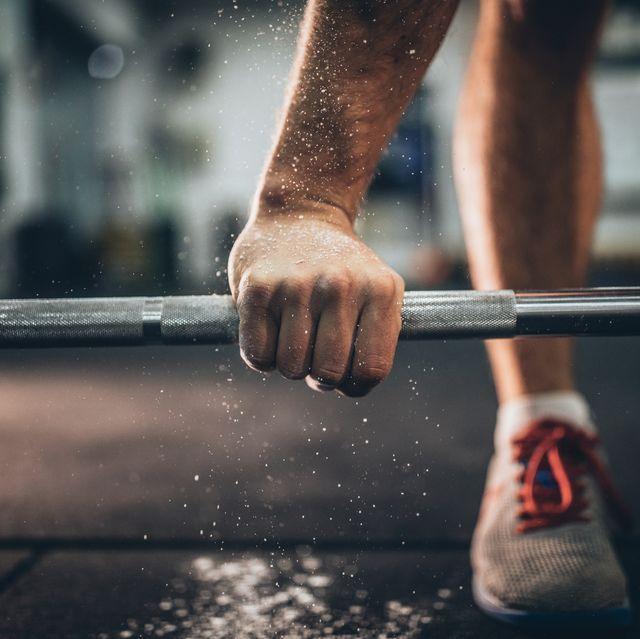 deadlift training in gym