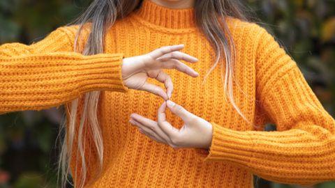 dove vrouw doet aan gebarentaal