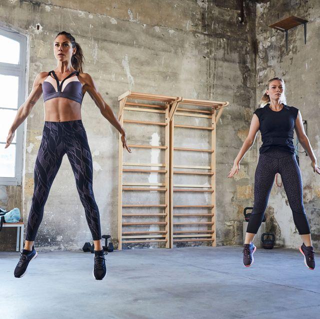 Mujeres practicando ejercicios de fitness en el gimnasio.
