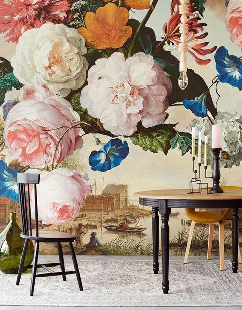 Comedor decorado con papel pintado de estampado floral