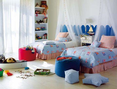 dormitorio infantil con pufs y cojines