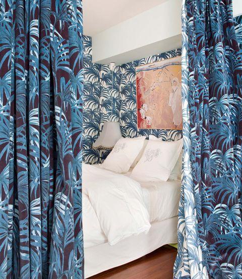Dormitorio con cortinas de palmeras