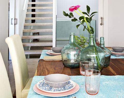 decorar con damajuanas vestir la mesa con flores