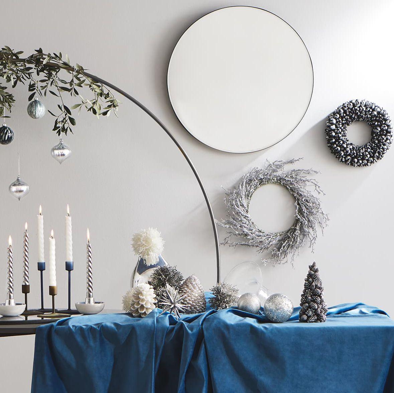 Mesa decorada para celebrar la Navidad