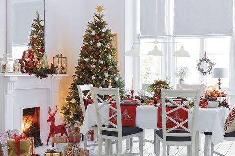 decoración navidad comedor con chimenea y árbol de navidad en blanco y rojo