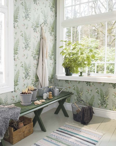 Rincón fresco decorado con papel pintado con hojas