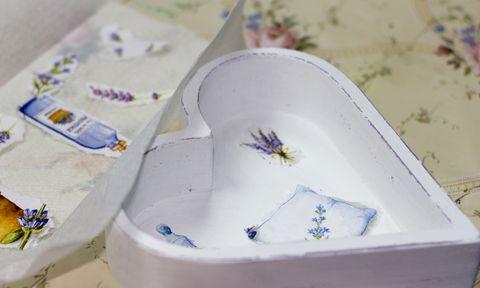 boîte en forme de coeur blanc avec des images découpées de lavande sur le fond et d'autres découpes à côté