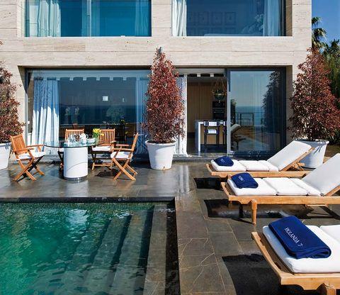 piscina con escalones de piedra negra