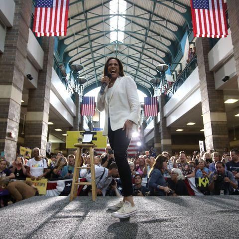 Кандидат в президенты Камала Харрис отправилась в предвыборную поездку на автобусе по Айове
