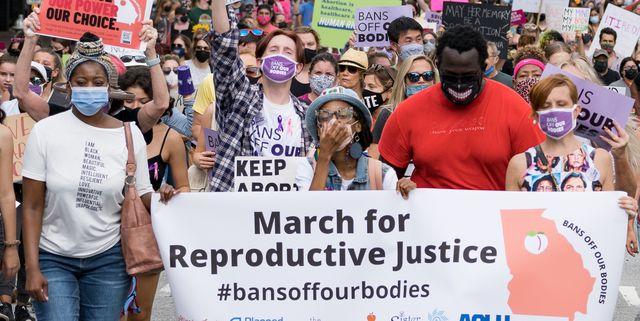 本記事では、各地で行われたウィメンズ・マーチで参加者たちが掲げたプラカードに描かれたメッセージを、写真と共にお届けします。 テキサス州で大半の人工妊娠中絶を禁止する法が施行されたことを受け、今年は多くの人々が女性のリプロダクティブライツ(子供を産む権利と産まない権利の大切さ)のために行進。