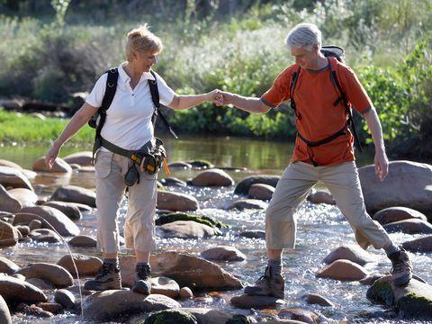 Consejos para mitigar el cansancio: dos personas mayores hacen senderismo