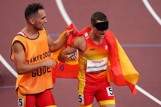 gerard descarrega y guillermo rojo celebran el oro en los 400 metros en los juegos paralímpicos de tokio