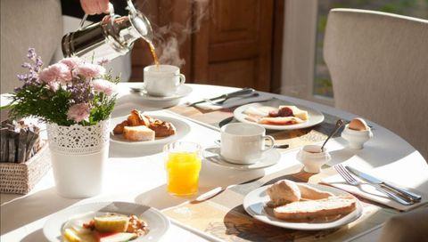 Panes y quesos gallegos y estupenda repostería componen este desayuno en Santiago de Compostela