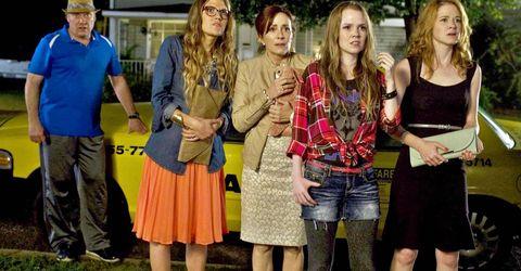 una familia protesta delante de un taxi