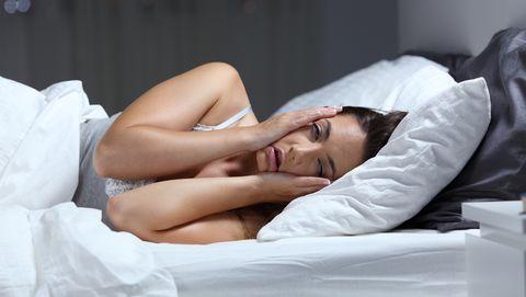 wanhopige vrouw die niet in slaap valt