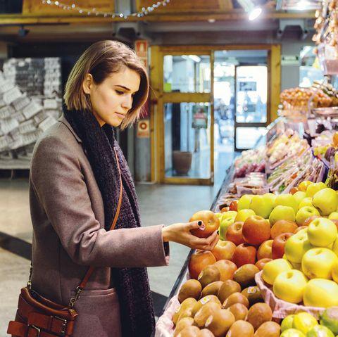 Mujer comprando fruta en el supermercado