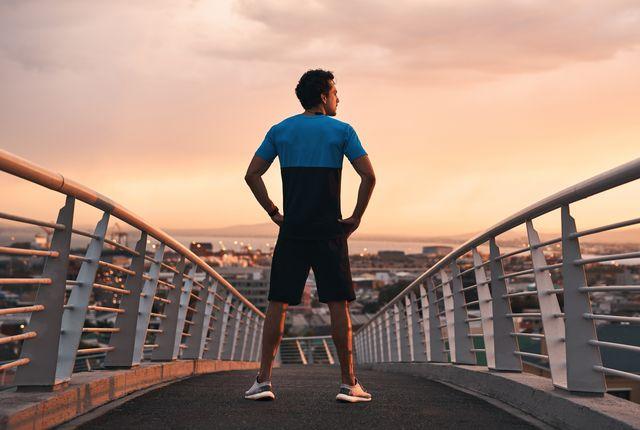 un corredor mira con orgullo al infinito