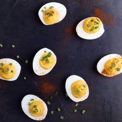 Вареные яйца с зеленым луком и паприкой